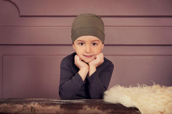 Glänzende Kinderaugen mit einer Kinderperücke im Haarcenter Hess in Rosenheim